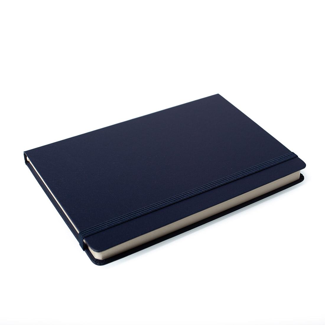 Notes Notatnik biurowy twardy w kratkę zamykany na gumkę - O.NOTE Berlin - 207 x 145 mm (A5) - niebieski
